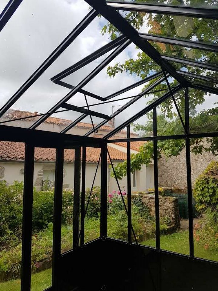 pose d'une serre double pente avec soubassement - Saint-Hilaire-de-Loulay (85 - Vendée) vue 1