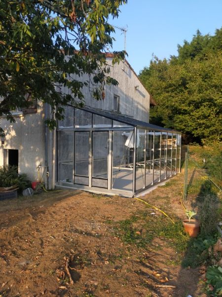 Installation-dune-grande-serre-adossee-en-aluminium-Georges-44-Loire-Atlantique-vue-1